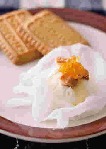 さっぱりしたチーズのデザートに、柚子のソースとサクサクビスケットを添えて。柚子は、和風にも洋風にもよく合います。