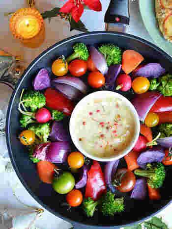 色もの野菜を使うとこんなに華やか!耐熱容器にチーズを入れて、レンジで溶かしてからフライパンにON。フライパンごと加熱できるので、このままコンロに載せてOK。火加減を強くして野菜に焼き目をつければ、「焼き野菜」の香ばしいチーズフォンデュも楽しめます。