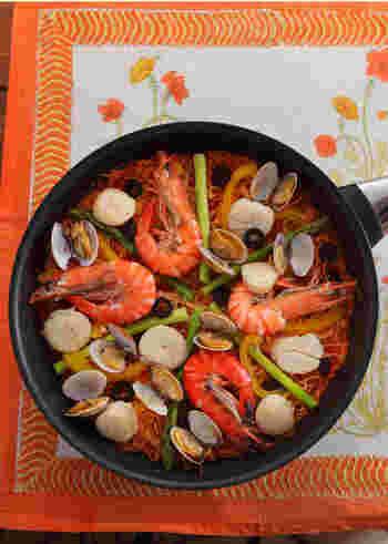 パスタパエリアは、お米のパエリアとはまたひと味違って、本場スペインらしさを満喫できる料理ですね。お米を忘れた漁師が船の上で作ったのが始まりだとか。専用の極細麺フィデオを使いますが、細いパスタのカッペリーニを2~3cmに折って代用することもできます。