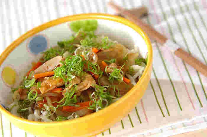 こちらのレシピならカレーの次の日でなくても、簡単に味わい深いカレーうどんができますよ。具だくさんで出汁の効いたスープは残さずいただくおいしさ!