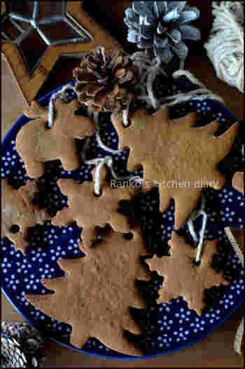 こちらはオーナメントとして作られたジンジャークッキーです。軽くて硬くて割れにくいので安心です♪