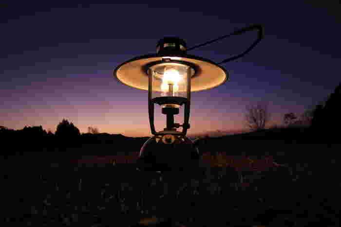 ライトなどの人工灯が少ないキャンプ場では、灯りがないと危険です。ランタンは2つ以上用意しましょう。1つは、外を明るく照らす灯り、もう1つは、テント内を照らす灯りです。夜の幻想的な雰囲気作りとしても活躍してくれますよ。
