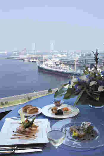 13階から眺める眺望は都会では味わうことのできない贅沢さ。ブルーのテーブルクロスが海と空を象徴してくれ、最高の眺めと共に王道美味のフレンチ料理をより美味しく引き立たせてくれています。