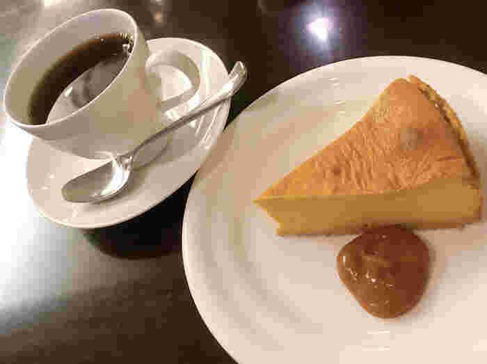キャラメルレアチーズケーキなど、スイーツも美味しそうなものばかり!  ドリンクは、自家焙煎珈琲とダージリンティーがお店の看板メニューになっています。ぜひ、その美味しさを味わってみてくださいね。