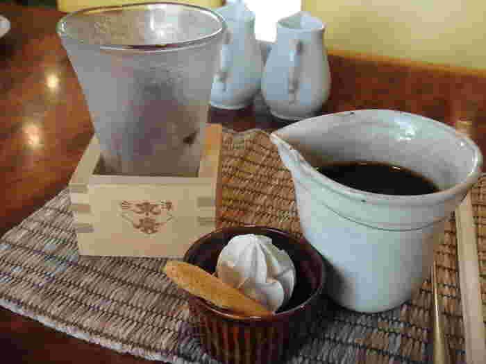 """酒造併設の蔵カフェらしく、""""日本酒""""を感じるメニューがいっぱい。水出しコーヒーは、枡に入ったグラスへ注いでいただきます。大吟醸シフォンケーキは、ふんわりした食感の中にほのかに日本酒の香りが。大吟醸を使ったゼリーなどもありますよ。"""