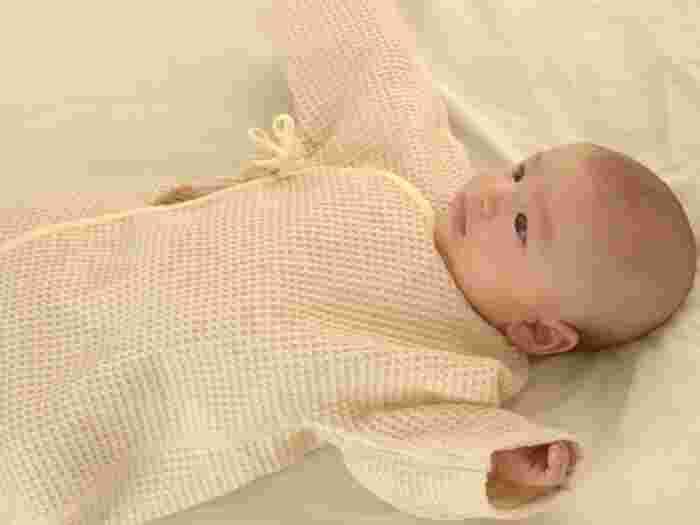 汗をかきやすい赤ちゃんに優しい、吸水性抜群のワッフル生地のオーガニックコットンで作られた肌着。