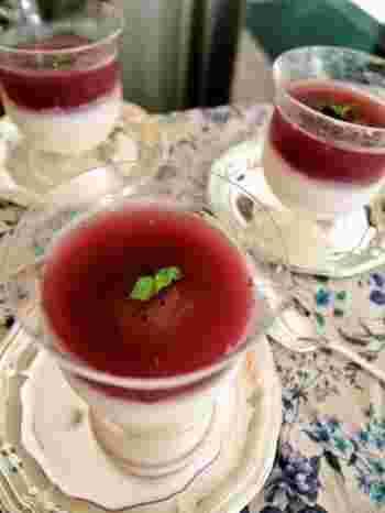 下はヨーグルトゼリー、上はブドウのジュレで組み合わされたさっぱり味のスイーツです。ブドウのジュレには赤ワインとブルーベリージャムが使われていて、大人っぽいお味になっています。