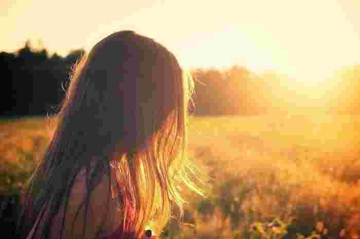 """Photo on [VisualHunt](https://visualhunt.com/re4/e39c6ae2)  人間は朝日を浴びると、セロトニンという覚醒ホルモンが分泌されます。セロトニンは別名""""幸せホルモン""""と呼ばれ、精神のバランスを整えて、気持ちを前向きにしてくれます。また、セロトニンは消化を助ける作用があり、腸内環境も整えてくれるそうです。早起きして朝日を浴びることで、心も体も元気になれるんです!"""