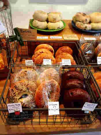 ベーグルが美味しいと評判のお店です。この場所で営業していた人気のパン屋さん「hohoemi」で、働いていた方が開業した「LAND」。 注文を受けてから作る、お好みのベーグルに、九条ネギクリームチーズや、ナッツのはちみつ漬けなどを挟むベーグルチーズもおすすめです。