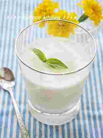 ヨーグルト、牛乳、はちみつを混ぜたラッシーに、水ゼリーを入れて、つるんとしたのど越しの美味しいドリンクレシピです。
