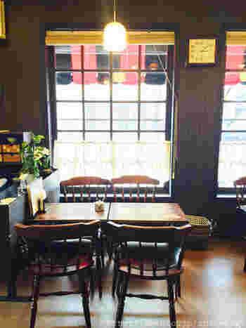 レトロな雰囲気は、ほっこりなごみます。使い込まれた家具などが丁寧に扱われ、清潔感のある店内で常連さんがくつろいでいます。