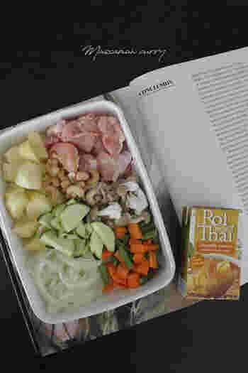 本場タイでも人気のメーカー・ロイタイのレトルトカレーシリーズは、グリーンカレーやレッドカレー、イエローカレーなどが販売されています。こちらは「マサマンカレー」。辛さ控えめなのでお子さんでも食べやすく、パックの中身は2人分のカレースープが入っています。
