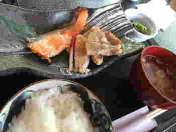 お肉とお魚が両方味わえる「豚肉と信州サーモンの粕味噌焼き定食」。優しい味付けは、白いごはんが進みます。ちなみに、ごはんと味噌汁はお代わり可能です。