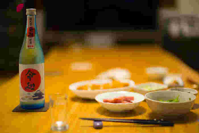 日本酒を飲むときに合わせるおつまみは、バランスを意識して選びましょう。濃い味の日本酒には濃いおつまみを、淡い味の日本酒には淡白なおつまみを合わせるのが基本です。もちろん、慣れてきたら、いろいろな組み合わせに挑戦してもOK!温度の違いでも、合うおつまみは変わってきますよ。