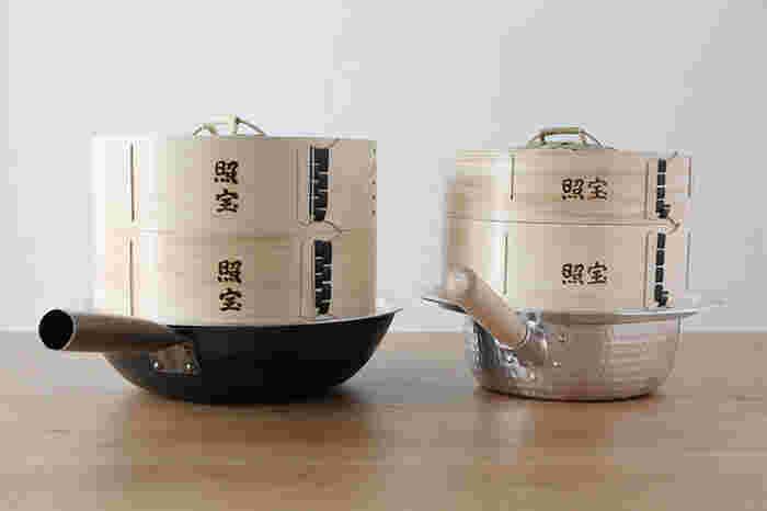 鍋にお湯を沸かしたあと、蒸し板、せいろの順に重ねて使います。間に蒸し板を挟むことで、せいろと鍋の組み合わせがぐんと広がり、せいろの焦げ付きも防げます。安定して置くこともできるため、せいろを複数重ねたいときにも安心。26cm、29cm、32cmの3サイズから選べます。