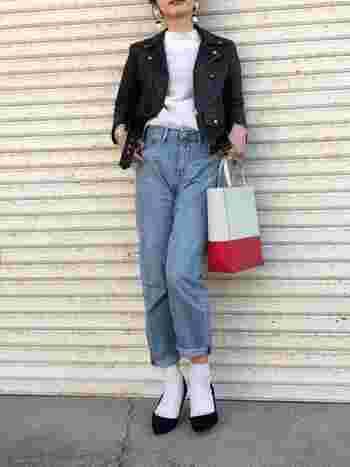 ハードな印象の強いライダースジャケットは、薄いブルーのジーンズを合わせて優しさを足してみて。靴やバッグ、アクセサリーなど、フェミニンな小物使いで女性らしさを演出しましょう。