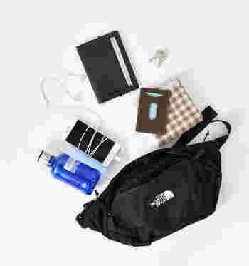 ウエストバッグの最大の魅力と言えば、やっぱり身軽にお出かけができるという点。コンパクトなサイズ感なのに収納力抜群なので、必要な物はしっかり揃えて、様々なスタイルに合わせることができます。