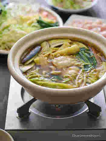 湯気とともに漂う香りが食欲をくすぐるカレー鍋は、食べているうちに煮詰まってくる味の変化も楽しみです。 どんなお肉・野菜とも相性が良いので、冷蔵庫の残りものを整理したい時にもおすすめ!