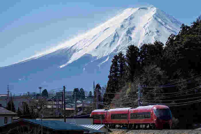 富士山に一番近い鉄道旅ができる、大月と河口湖を結ぶ電車です。車窓からはポイントごとに姿を変える富士山を楽しむことができます。水戸岡鋭治氏デザインの新型特急は、木をふんだんに使ったキュートでほっこりとする内装です。  特別車両ではハイランドリゾートホテル&スパのパティシェが手掛けた特製スイーツが楽しめる「スイーツプラン」を味わうことができます。ローカル風景を楽しみながら、ゆったり鉄子気分を味わってみてください。