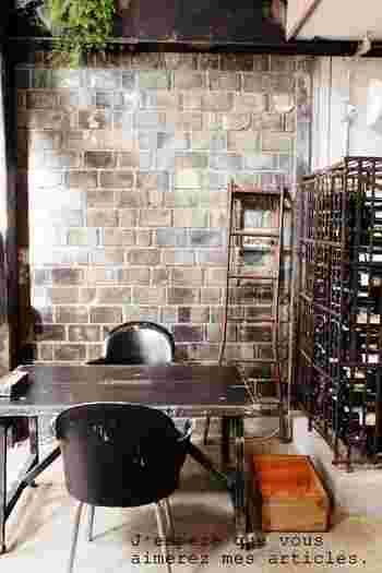 おしゃれな雰囲気のカフェバーの壁にもブリックタイル。ヴィンテージ風の男前インテリアには欠かせないアイテムですね。