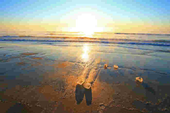 宝石のような透明度が特徴であるジュエリーアイス。観賞の狙い目は、氷に朝陽の光が映り込み、空と同じ色に色づく日の出の時間です。帯広発着の早朝タクシーツアーなども組まれています。