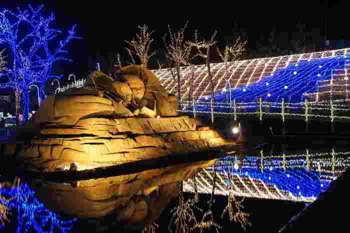 会場では約30万個の電球を使った11種類のイルミネーションを楽しむことができ、その中の1つが青と白のコントラストが印象的なイルミネーション。砂丘の斜面を利用し、幅30メートル、高さ8メートルの幻想的な光の芸術を観賞することができます。 もうすぐクリスマス、みなさんも是非、実際に足を運んで、この迫力満点のイルミネーションを楽しんでみて下さいね!