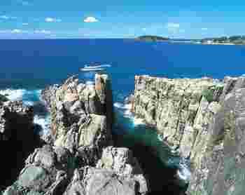 福井を代表する絶景スポット【東尋坊】は、日本海の荒波が作り出したダイナミックな断崖絶壁。景観を守る理由からフェンスもなく、スリル満点の絶景を楽しめます。