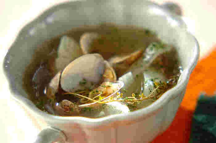 ふわ~っと香るタイムに癒される、優しい味わいの玉ねぎとアサリのスープです。玉ねぎの甘みとアサリのうまみが、味に深みをもたらします。