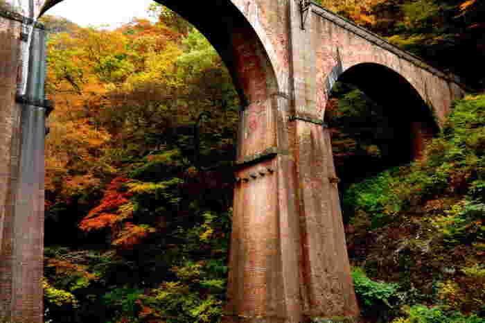 上信越自動車道は、群馬県藤岡JCTから長野市を経て新潟上越JCT へと至る高速道路です。関東と、北信、上越を結ぶだけでなく、富山や金沢といった北陸西部への最短ルートととなる重要な路線です。  【上信越自動車道・横川SAの北西に位置する「碓氷第三橋梁(めがね橋)」は、明治25年に完成した国内最大の煉瓦造りのアーチ橋。旧国鉄・信越本線横川駅-軽井沢駅間の、橋梁の一つ。昭和38年に廃線となり、平成5年に国の重要文化財に指定されている。】
