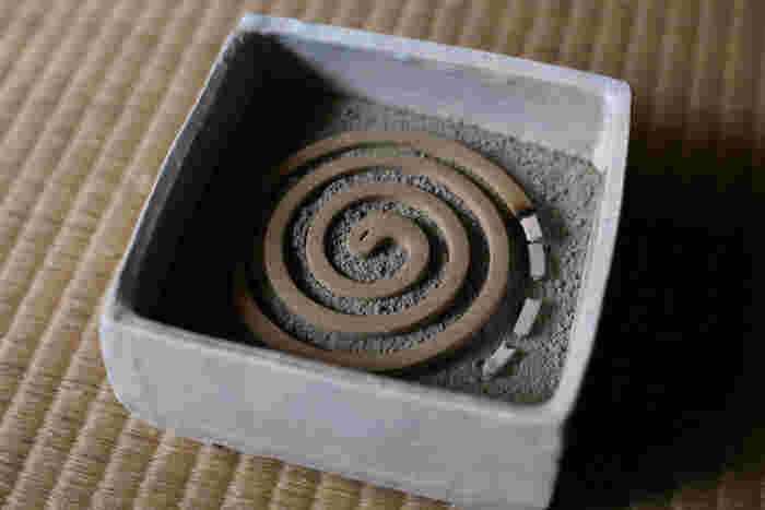 使い方も簡単。香炉のように少量の灰をあらかじめ底に敷いて、その上に蚊取り線香を直接載せて使うので、蚊遣りの必要な季節以外は、香炉として使うこともできます。