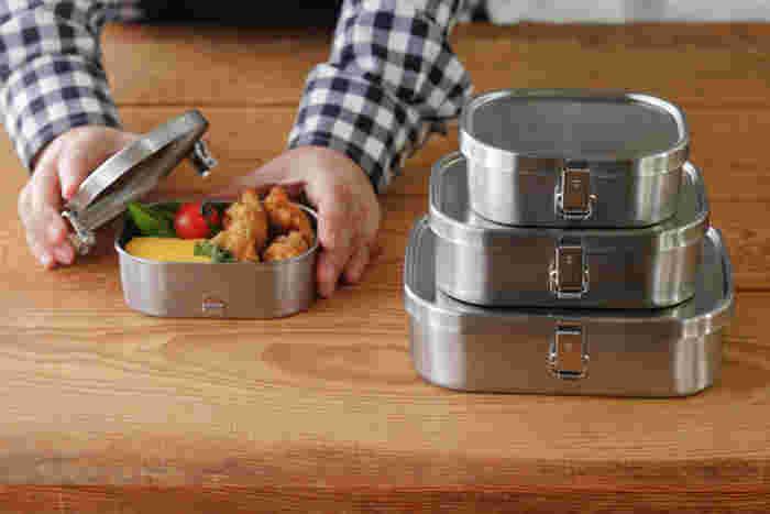 ステンレスだから、毎日使っても匂い移りの心配はなし。パッキンが装備されているから汁漏れの心配もなし。両脇についた金具でしっかりと密閉できる、アルミのお弁当箱には珍しいタイプ。 大きさ、深さは、ごはんやおかずを詰めやすい。長年愛され続けている理由がそこにあります。スリーサイズ用意されています。食べっぷりにあったサイズをどうぞ!