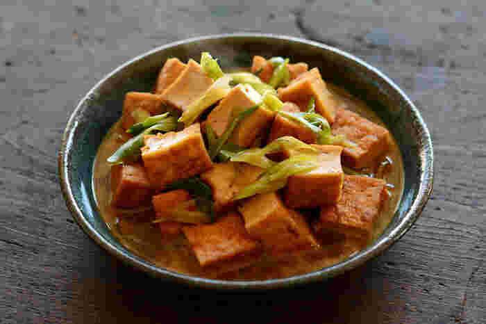こちらは、厚揚げを主役にした煮物のレシピです。醤油とみりんを使った甘辛な味付けに、ごま油や生姜の風味が加わり、お箸の進む一品です。お肉などを入れなくても、十分食べ応えがありご飯が進むので、ヘルシーな献立にぴったりです。