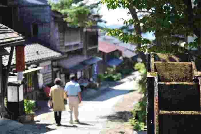 江戸日本橋を起点に、京都まで約530km、69ヶ所の宿場がおかれていた中山道。その中山道43番目の宿場で、木曽11宿の一番南に位置する宿場町の「馬籠宿(まごめじゅく)」は、石畳の敷かれた坂に沿う風情ある光景が人気で、多くの観光客が連日訪れています。