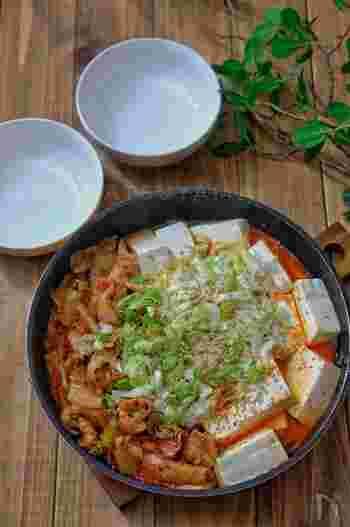 ネギとキムチをたっぷり使った、がっつり蒸し煮レシピです。  キムチには唐辛子の辛み成分「カプサイシン」が含まれており、発汗作用や血行促進効果がありダイエットにも最適。また、豚肉にはビタミンB1が豊富にふくまれているので、疲労回復効果も期待できますよ。