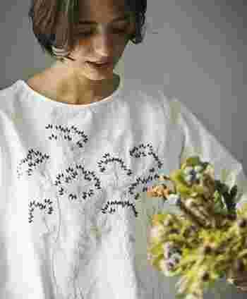 「刺繍」とは、色取り取りの糸で作り出す模様のこと。花や植物、動物、幾何学模様などがあしらわれていて、その可愛らしさはナチュラル系ファッションを好む多くの女性を虜にします。  また、ブランド特有の自由なデザインで作られるので、実に様々な模様があり、人とは違った着こなしが楽しめるのも魅力。市販の服にハンドメイドで刺繍を入れて、自分だけの刺繍アイテムを作る方も増えています。