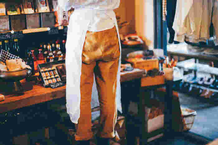 久留米絣の工房と手を組んでテキスタイルからこだわってもんぺ作りをしています。生地の厚さ風合いなどに工夫を凝らし、現代でも幅広く履ける現代版もんぺファッションです。