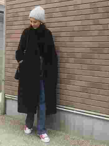 黒のチェスターコートにデニムを合わせたベーシックなコーデも、差し色に赤のスニーカーをあわせることで、ぐっと垢抜けた着こなしに。パリジェンヌを思わせる、こなれた雰囲気が素敵です。