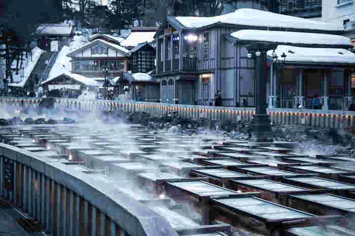 関東圏には、伊香保温泉(群馬)や草津温泉(群馬)、鬼怒川温泉(栃木県)や和銅温泉(埼玉)や湯河原温泉(神奈川県)等など、古くから評判の温泉場が数々あります。  概ねそうした温泉場の周辺は、自然豊かです。清涼な空気や緑深い山々、清水流れる川や絶景の海等など、自然環境に恵まれ、素晴らしい景観とともに、温泉入浴が楽しめます。【画像は、草津温泉の湯畑】