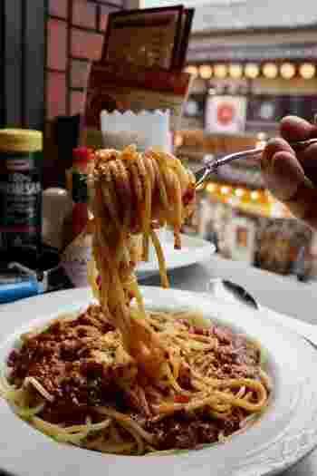 モーニングとランチ時なら、トーストとサンドイッチのメニューには、サラダとヨーグルト、ドリンクが付き、食事なら、サラダとドリンク付いてお得です。  【お得なセットは、平日なら8:00~14:00、休日なら13:00まで。(画像は『スパゲッティーミートソースセット』】