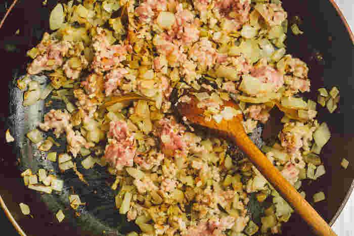 合挽肉を入れ、赤っぽさがなくなるまで炒めます。