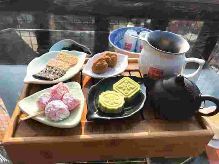 本格的な台湾茶のセット。まずは細長い湯のみで香りを楽しみ、その後背の低い湯のみでお茶を味わいます。お菓子もついているセットメニューはなかなかのボリューム。景色を眺めながらゆったりした時間を体験してみて。
