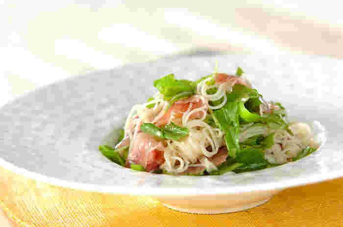 ルッコラと生ハムを使って本格イタリアン風に。ソースはレモン汁とオリーブオイルにお醤油を隠し味にして、そうめんによく合うお味に。酸味がもう少し欲しい方はレモン汁を少し多めにしてもよさそうです。