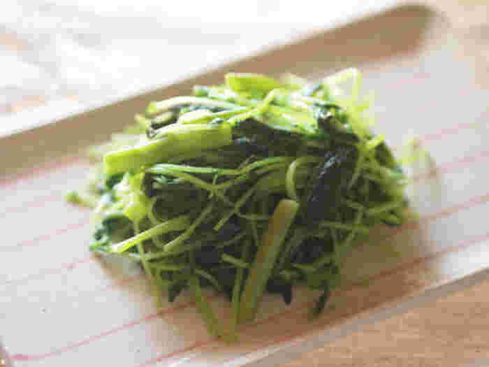 オリーブオイルで炒めることで中華風から脱却した空芯菜と豆苗の炒めものは、歯ごたえを残すくらいがおすすめです。ご飯のおかずにもなるので、冷蔵庫にあると安心できます。