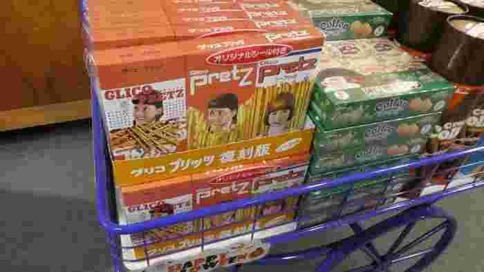 ショップでは復刻版のプリッツやビスコも。中のお菓子は現在のものですが、パッケージのデザインは当時のものを再現しています。