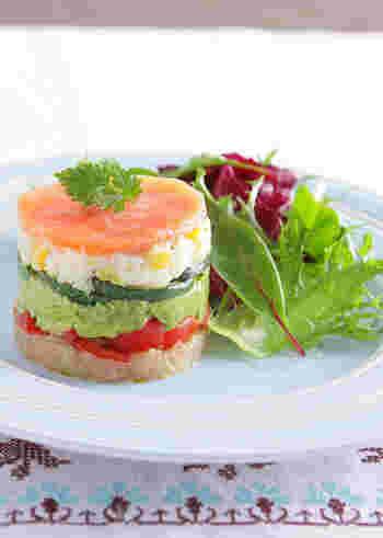 底の無い型を使って作るセルクルサラダは、まるでフランス料理のコースの一品のような美しさ。お好きな野菜をミルフィーユみたいに重ねるだけで、こんなに華やかなサラダが出来ちゃうんです!