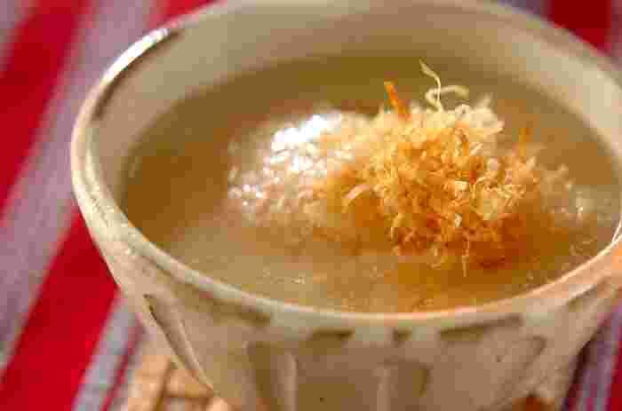 おせちやお餅に飽きたら、ちょっと変化球のお雑煮はいかがでしょう?白味噌仕立てで、上にはほぐした明太子を乗せています。とろとろ大根の柔らかさと明太子の食感が同時に楽しめるお雑煮レシピです。