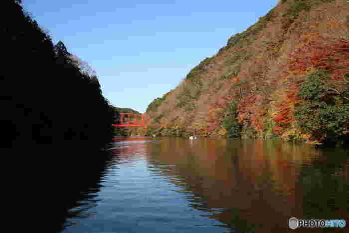 亀山湖は関東では珍しいクルージングが楽しめるダム湖。お天気の良い日には湖面にも紅葉の美しい色が移ります。