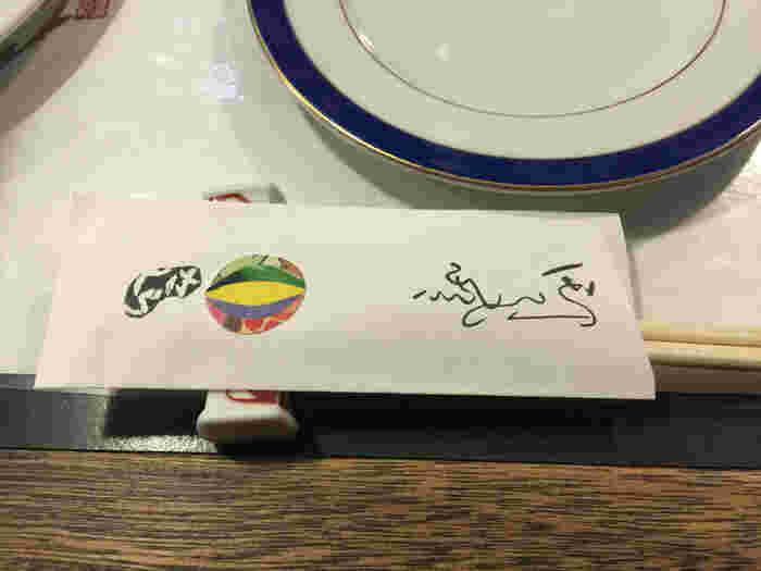 箸袋をよく見ると、なんと千代紙を張った手作り。細部までおもてなしの心遣いが感じられます。