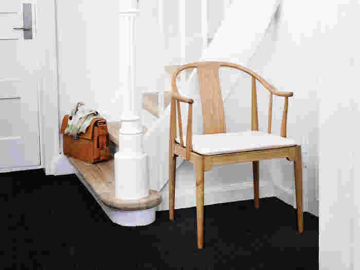 アルネ・ヤコブセンと同じく、1950年代の北欧で活躍したデンマークのデザイナーがハンス・ウェグナーです。彼は木の温かみを生かしたザ・チェアやYチェアなど多くの名作椅子を生み出したことで知られています。写真は、17から18世紀の中国の椅子にインスピレーションを受け製作されたチャイナチェア。どっしりとした佇まいのなかに、東洋の香りを漂わせるディテールが目を惹きます。