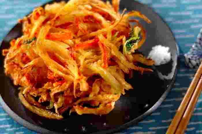 玉ねぎ、ニンジン、ミツバ、カニカマをあわせたかき揚げ。複数の食材を組み合わせることで、異なる食感や風味が楽しめる美味しいかき揚げになります。